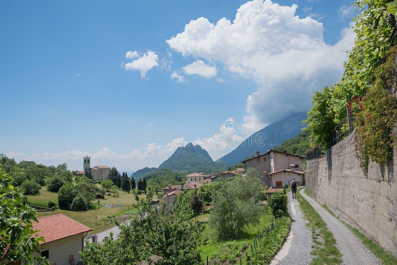 在sasso村庄,伦巴第,意大利的走道 免版税图库摄影