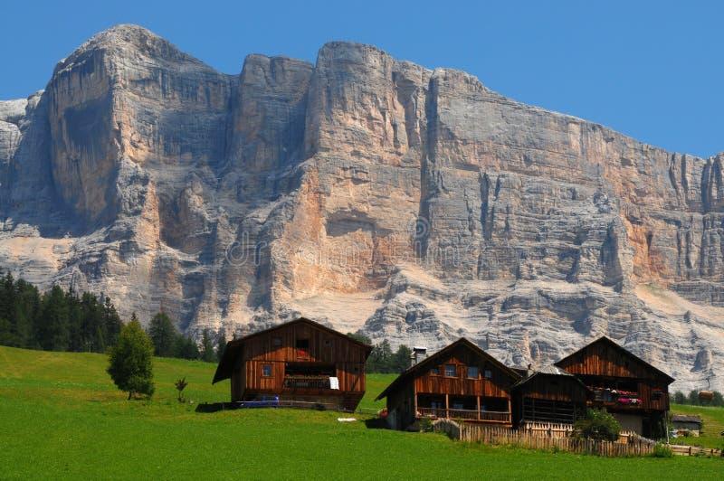 在Sasso della克罗齐,亚尔他Badia,白云岩,意大利下的高山小屋 库存图片