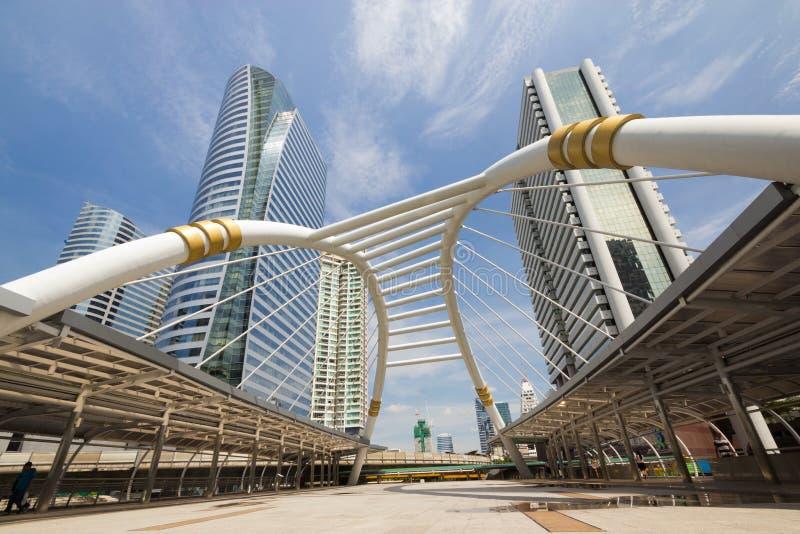 在Sathon连接点,曼谷,泰国的天空桥梁 库存图片