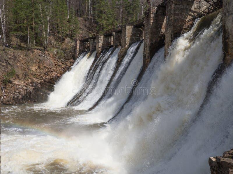 水从在Satka河,南乌拉尔的老水力发电站水坝落 免版税库存图片