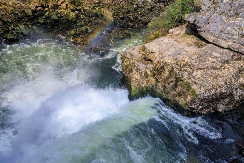 在saut du杜省瀑布的彩虹大约杜省 免版税库存图片