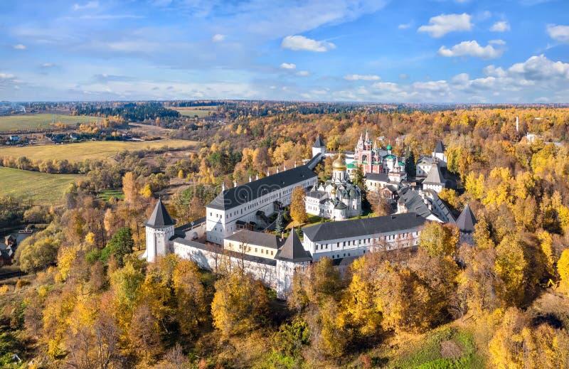 在Savvino-Storozhevsky修道院的鸟瞰图在Zvenigorod 库存照片