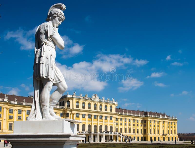 在Schönbrunn宫殿的雕象 免版税库存照片