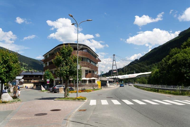 在Schattberg X新闻缆车前面的人们,萨尔巴赫Hinterglemm,奥地利 免版税库存照片
