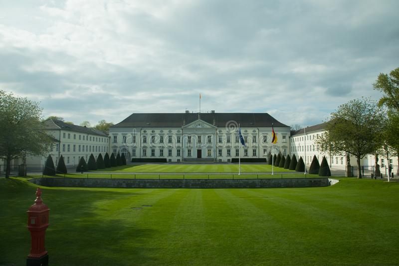 在Schloss Bellevue前面的豪华的绿色草坪 免版税库存照片