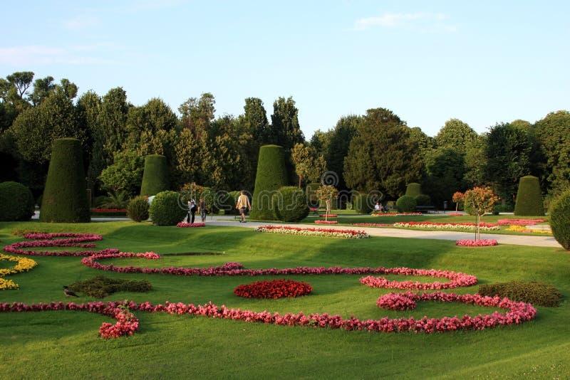 在Schonbrunn宫殿里面的美丽的庭院 免版税库存图片