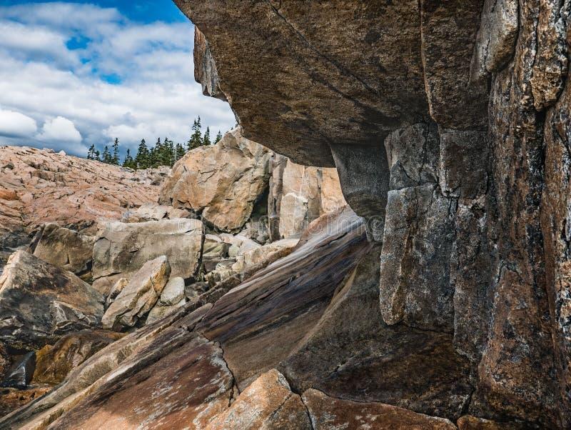 在Schoodic点,阿科底亚国家公园的花岗岩突出物 免版税库存照片