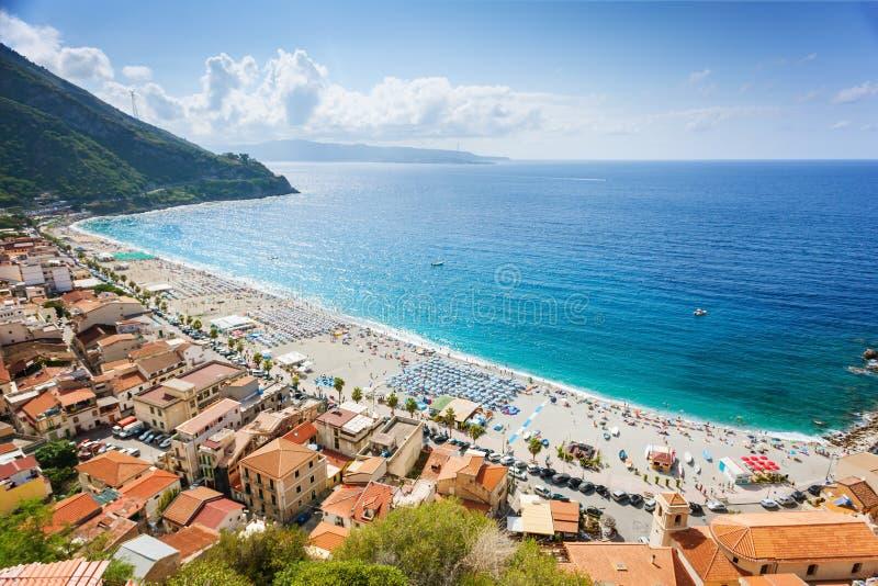 在Scilla海岸海滩的晴朗的看法在卡拉布里亚 免版税库存图片