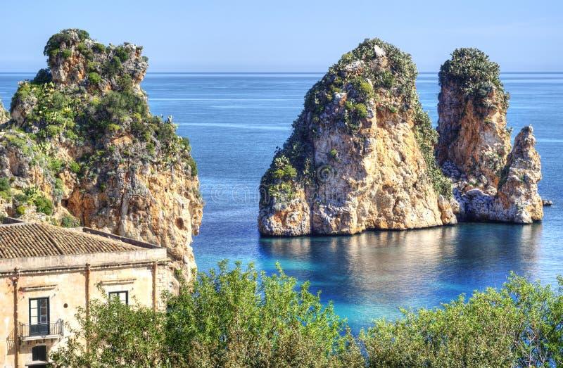 在Scopello,西西里岛的Faraglioni 免版税库存图片
