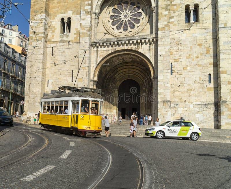 在Se大教堂,里斯本前面的黄色电车线28 免版税库存照片