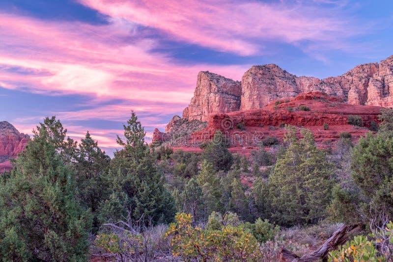 在Sedona,亚利桑那岩石岩石的桃红色天空  库存图片