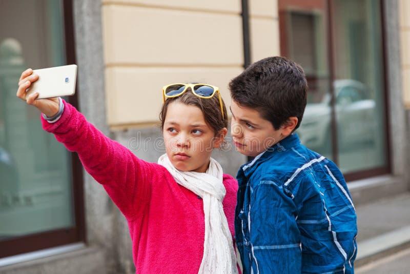 在selfie期间的夫妇,室外 免版税库存照片