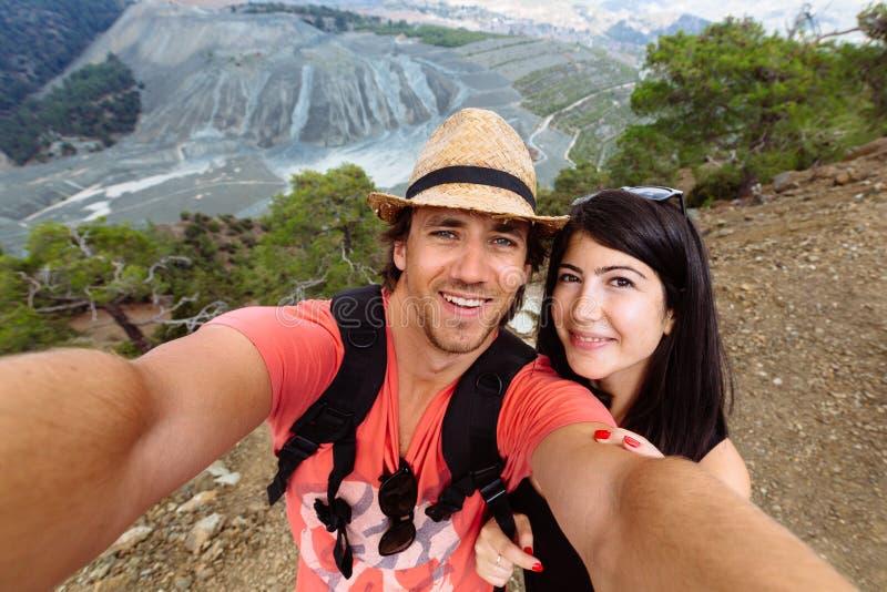 在selfie的美好的年轻夫妇乐趣 免版税库存图片