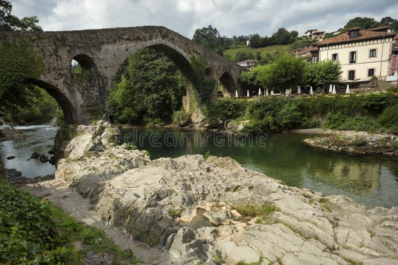 在Sella河的Cangas de Onis罗马桥梁在西班牙的阿斯图里亚斯 库存图片