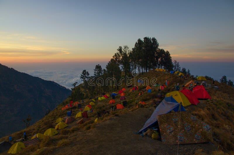 在sembalun营地,登上rinjani lombok印度尼西亚的帐篷 库存图片