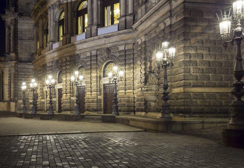 在Semperoper (撒克逊人的状态歌剧)德累斯顿附近的街灯 图库摄影
