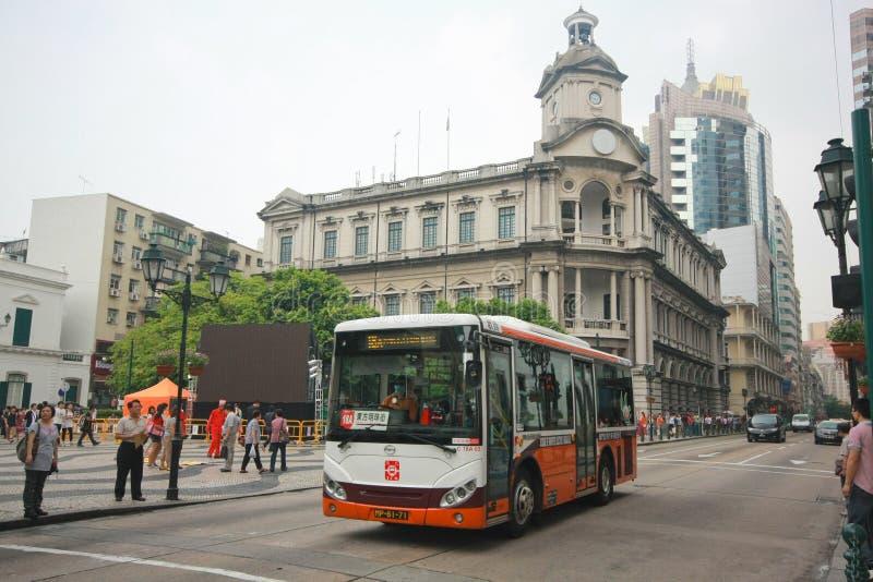 在Senedo sqaure,澳门的城市公开公共汽车 图库摄影