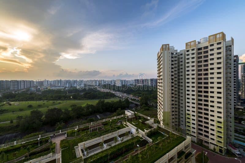 在Sengkang Fernvale的公共住房住宅块有此外多楼层停车场的 在日出期间的蓝天 库存照片