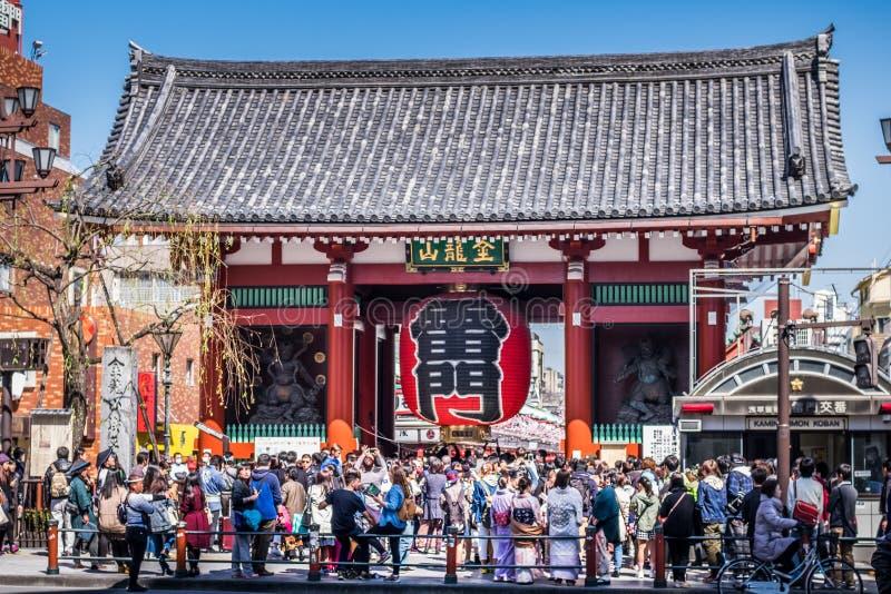 在Sensoji寺庙前面的Kaminarimon门 图库摄影