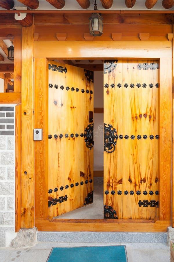 在Seochon Hanok村庄resedential地区的独特的房子主闸在汉城,韩国 免版税库存照片