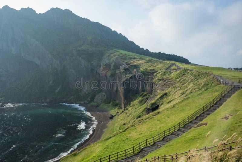 在Seongsan日出峰火山的锥体的海洋海岸 免版税库存图片