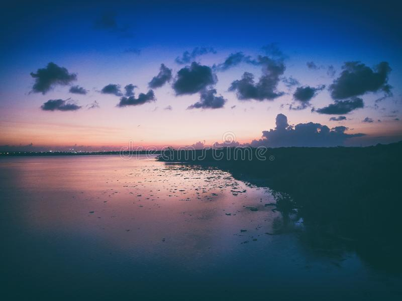 在serangan海岛以后日落风景在巴厘岛印度尼西亚 免版税图库摄影
