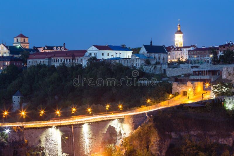 在Seret河的美丽的桥梁在Kamianets-Podilskyi在晚上,乌克兰 免版税图库摄影