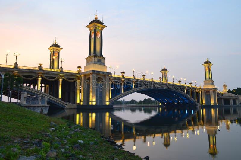在seri gemilang桥梁的晚上风景 库存图片
