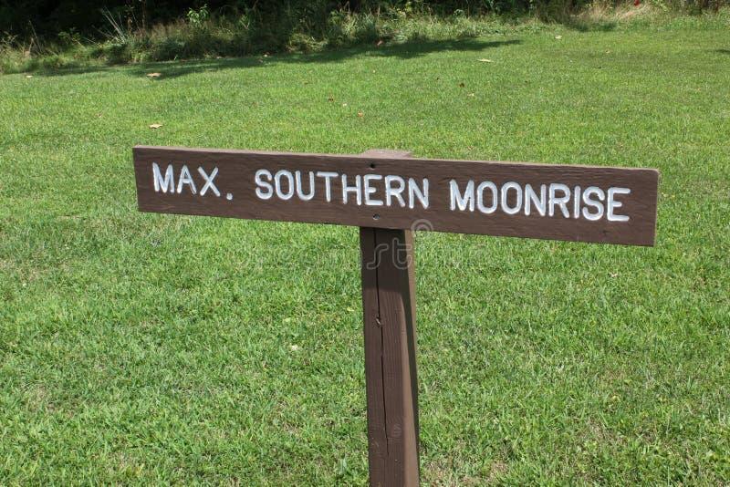 在Serpernt土墩的南部的月出标志板 免版税库存照片
