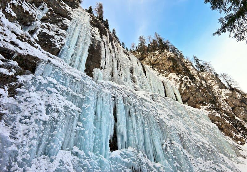 在Serrai di Sottoguda的大教堂瀑布在意大利在冬天 免版税库存照片