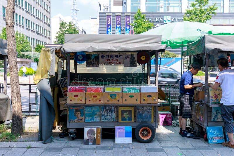 在Sewoon广场附近的LP记录销售的摊位在Jongno顾,汉城市 免版税库存照片