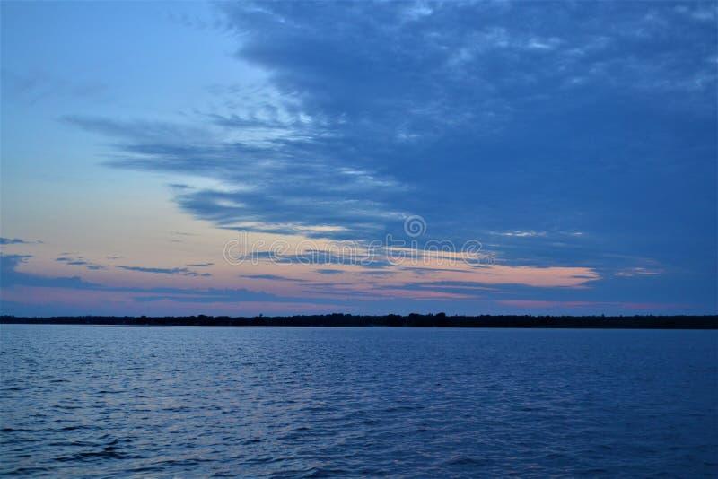 在Shawano湖威斯康辛的被覆盖的日落 免版税库存图片