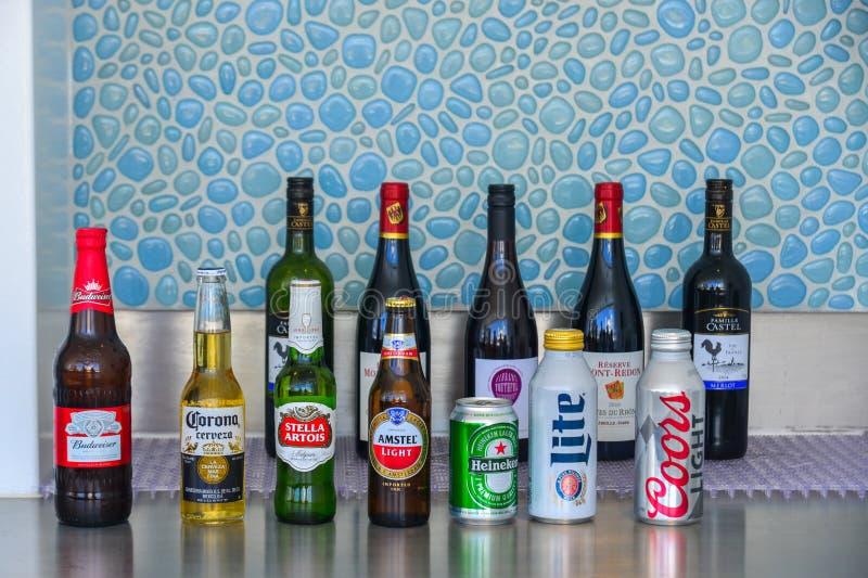 在shelfs的酒瓶在餐馆酒吧 免版税图库摄影
