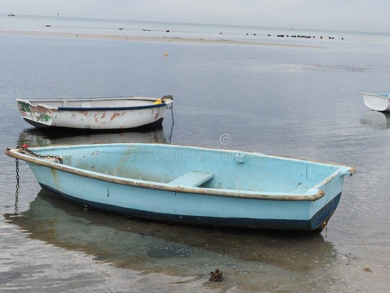 在shellow浪潮的两条小船 免版税库存图片