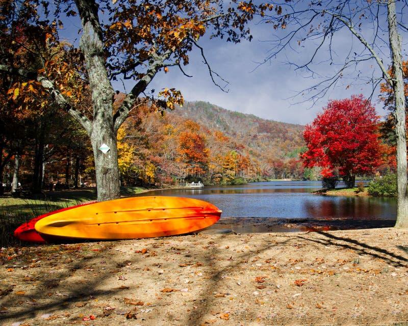 在Sherando湖西弗吉尼亚的秋天颜色 免版税图库摄影