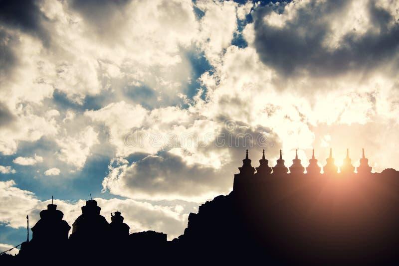 在Shey宫殿的剪影stupa 严重的天空 被过滤的图象:十字架被处理的葡萄酒作用 库存照片