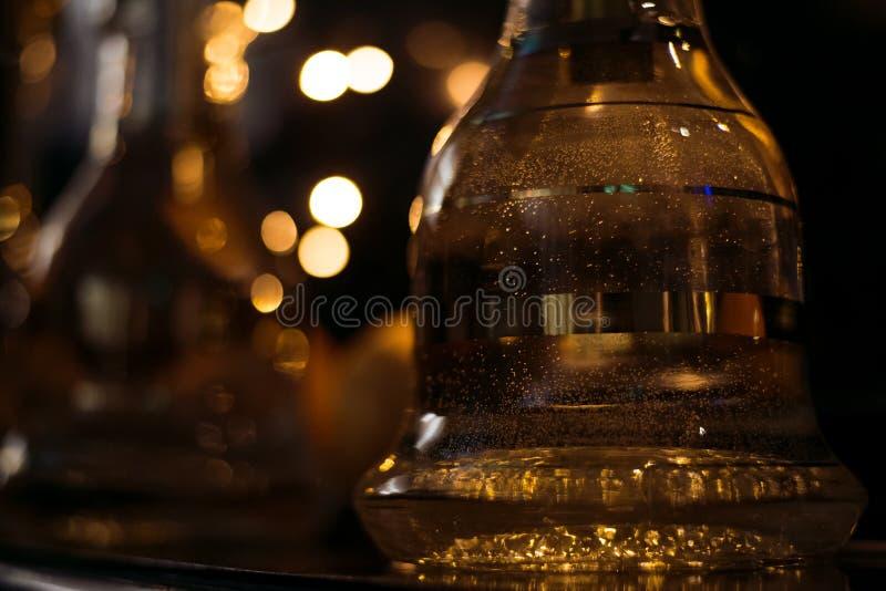 在shisha的水烟筒热的煤炭滚保龄球有黑背景 时髦的东方shisha 五颜六色的射击 图库摄影