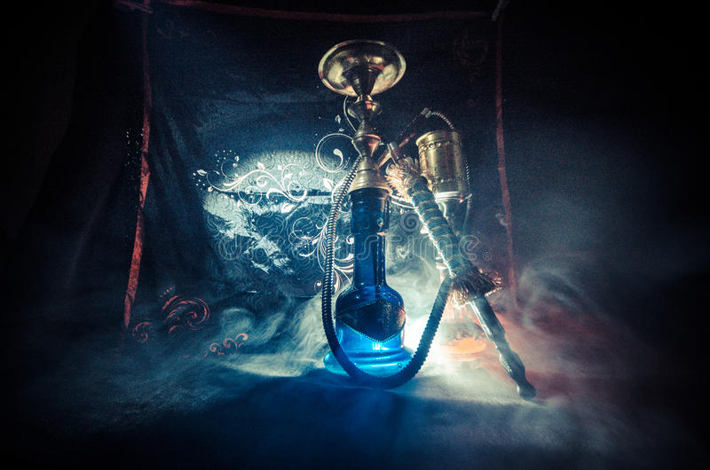 在shisha的水烟筒热的煤炭滚保龄球有黑背景 时髦的东方shisha 免版税库存照片