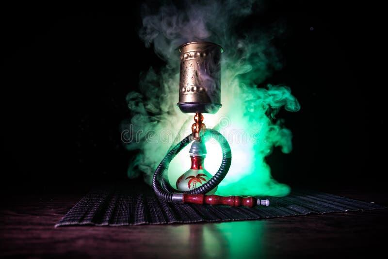 在shisha碗的水烟筒热的煤炭在黑暗的有雾的背景 时髦的东方shisha 免版税图库摄影