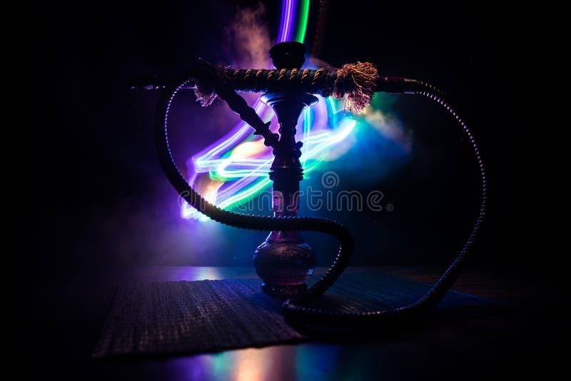 在shisha碗的水烟筒热的煤炭在黑暗的有雾的背景 时髦的东方shisha 免版税库存图片