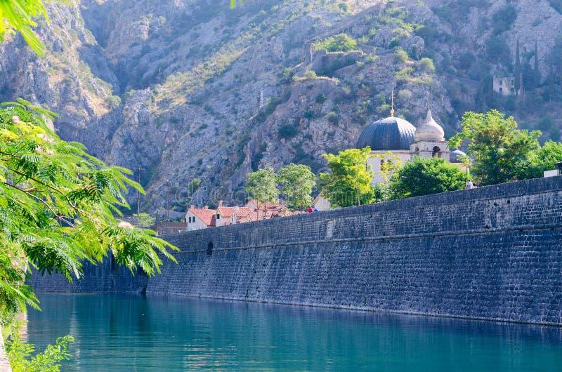在Shkurda河的堡垒墙壁在老镇,科托尔,黑山 库存图片