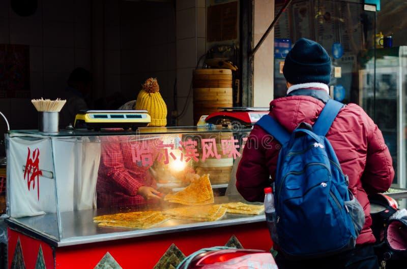 在shnaghai streeets传统便当的中国街道食物在瓷 免版税库存图片