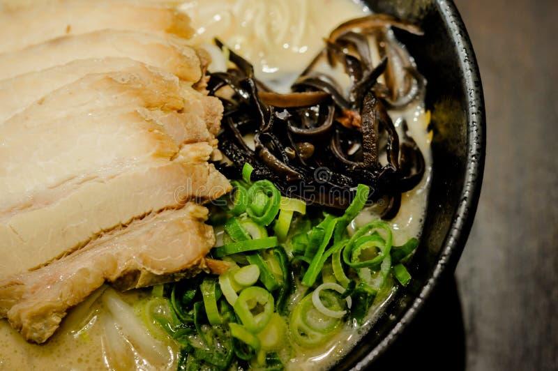 在shoyu汤,拉面日本食物的拉面面条非常普遍在亚洲 库存照片