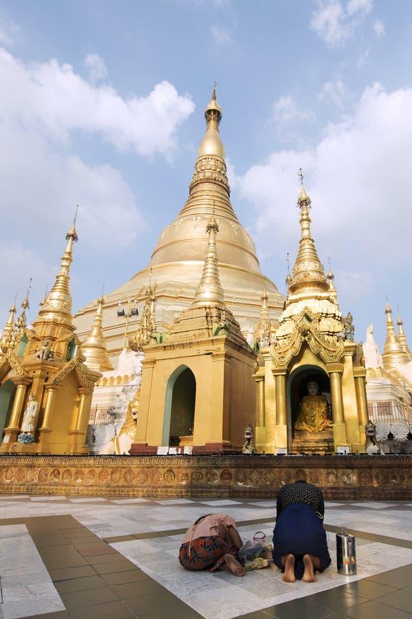在Shwedagon大金黄p的家庭缅甸人民祈祷的尊敬 图库摄影