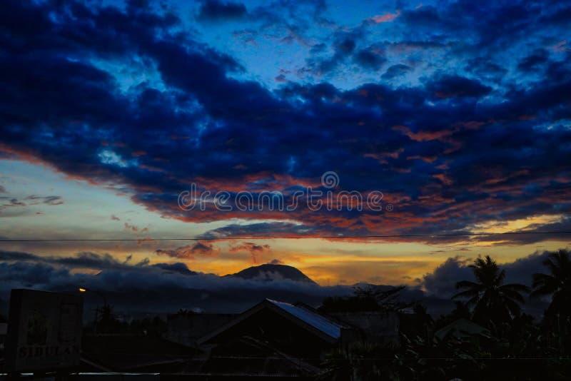 在Sibulan镇菲律宾的日落 免版税库存照片