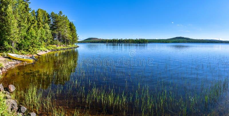 在Siebdniesjavrrie湖的全景在瑞典拉普兰 Vasterbotten县,诺尔兰,瑞典 免版税图库摄影