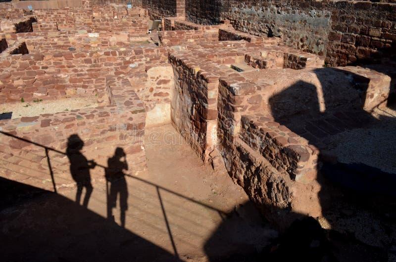 在Silves,葡萄牙城堡之间de废墟的游人阴影  免版税库存图片