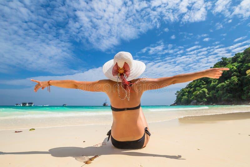 在Similan海岛上的愉快的妇女 图库摄影