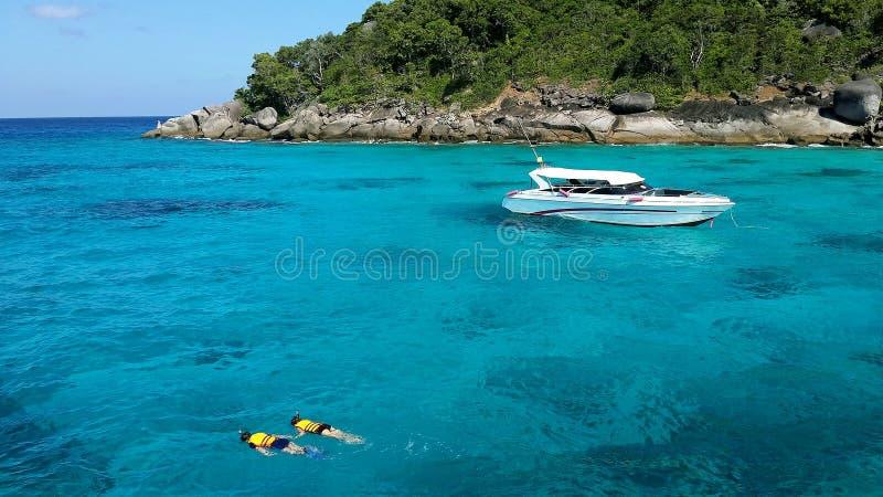 在Similan海岛结合潜航用清楚的水 免版税库存图片