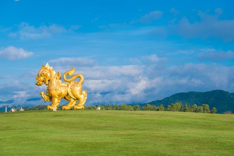 在Singha公园, Chiangrai,泰国的Singha雕象 金狮子雕象在Boonrawd农场 免版税库存照片